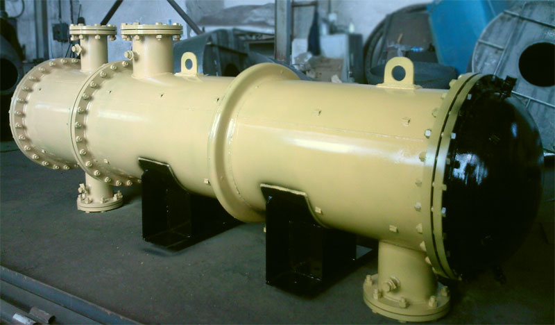 Shell and tube heat exchangers with fixed tube sheets